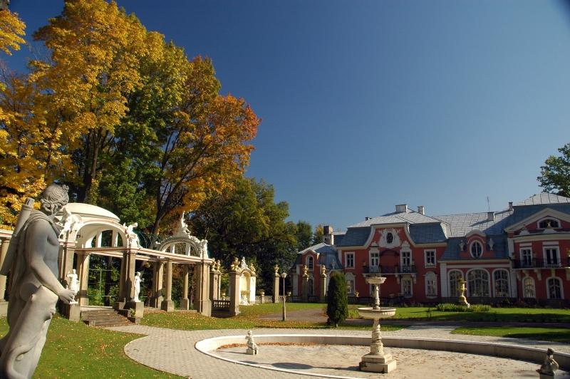 Jesienna fotografia Pałacu Długoszów w Gorlicach.