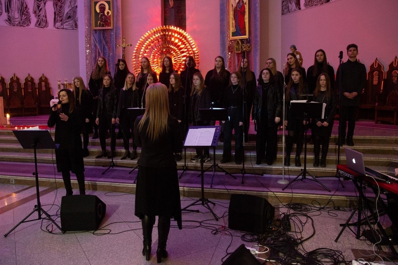 Zespół Teleo śpiewa w kościele.